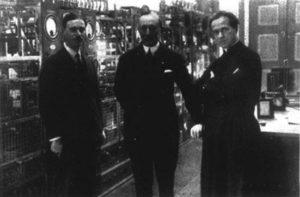 (il belga) Ing. Mathieu, Guglielmo Marconi, Padre Giuseppe Gianfranceschi (primo direttore della Radio Vaticana)